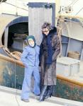 Frau mit Kind am Hafen