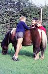 Drei Kinder und ein Pony