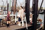 Frau mit zwei Kindern am Hafen