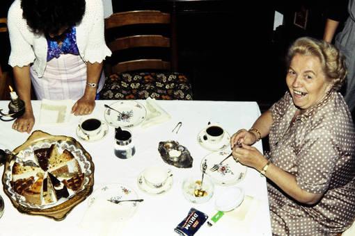 Lachende Frau am Tisch