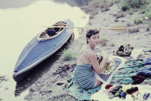 Frau am Ruderboot