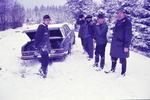 Jäger und Auto im Schnee
