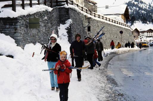 Mit Skiern auf der Straße