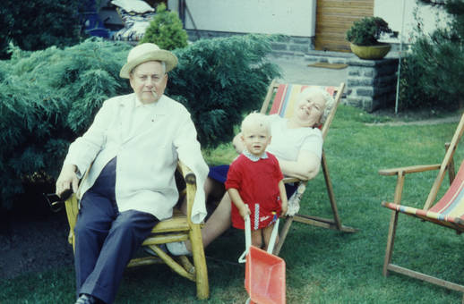 Mit den Großeltern im Garten