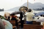 Mit Regenschirm auf dem Schiff