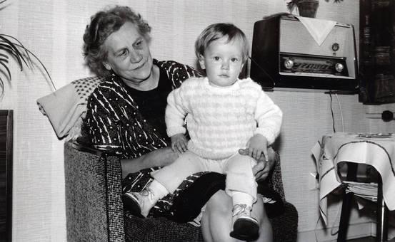 Oma und Enkel