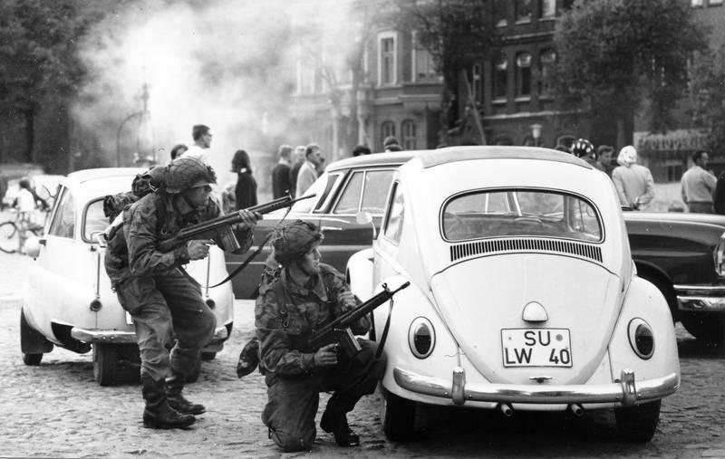 BMW-Isetta, Bundeswehr, Friedrichstadt, G3, Gewehr, käfer, mercedes-heckflosse, ortskampf, ortsübung, Rückstoßlader, soldat, Sturmgewehr, VW Käfer, VW-Käfer, Waffe