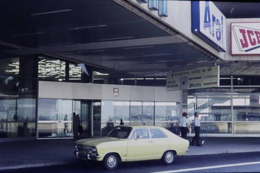 Auto am Flughafen