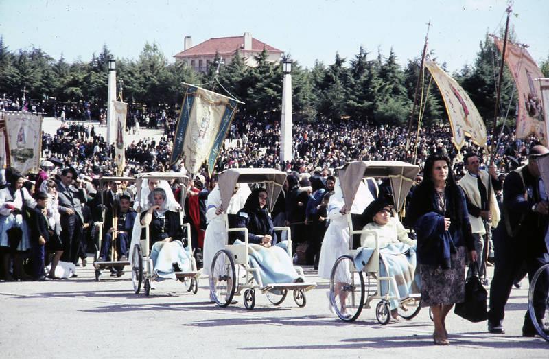 kirche, Kirchzug, Menschenmenge, Platz, Rollstuhl, Sonne, Sonnenschein