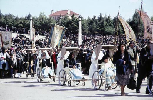 Rollstühle auf der Prozession
