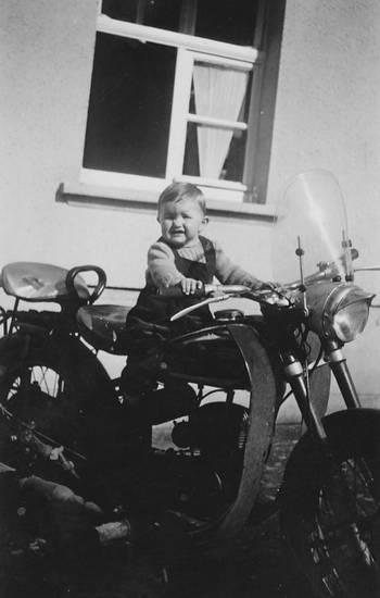 Fenster, Kindheit, Latzhose, Motorrad
