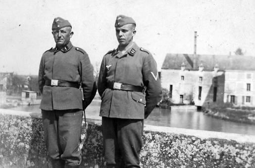 Zwei Soldaten am Wasser