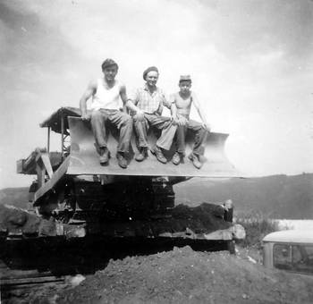 Drei auf dem Bagger