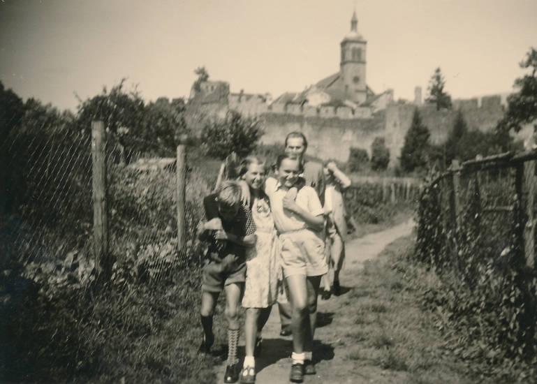 familie, Feldweg, kirche, lederhose, spaziergang, weg