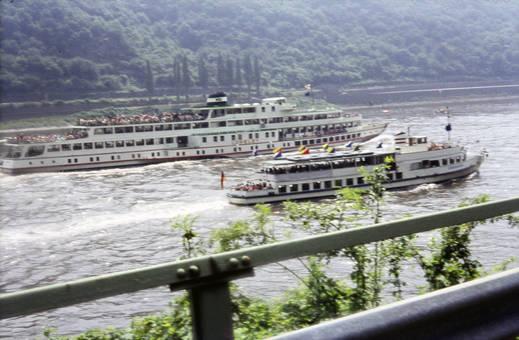 Zwei Schiffe auf dem Rhein