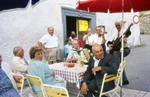 Tischgesellschaft im Freien