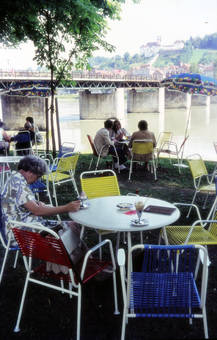 Zu Tisch an der Donau