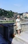 Frau mit Hund an der Brücke