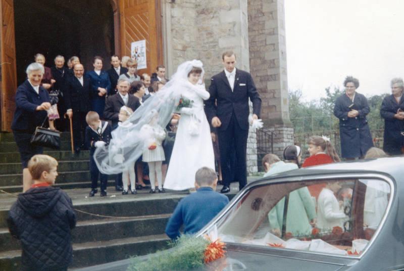 admiral-a, auto, blumenmädchen, Brauchtum, Braut, Bräutigam, Brautpaar, familie, Hochzeit, Hochzeitsgesellschaft, Hochzeitspaar, KFZ, kirche, Opel, PKW, schleier, Windesheim