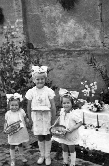 1950, blumen, blumenmädchen, Blumenstreuen, Fronleichnamsprozession, Geschwister, Kindheit, korb, körbchen, Windesheim