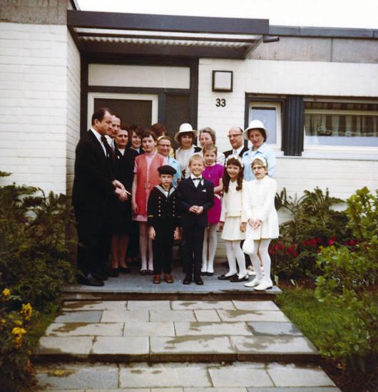anzug, familie, hut, Kindheit, Kommunion, Kommunionkind, Kommunionkleid, Matrosenanzug, mode, Vorgarten