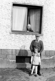 Enkelin und Großvater