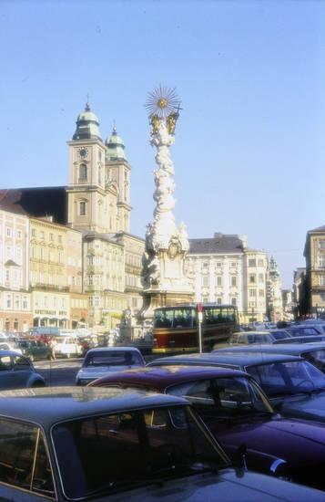 auto, bus, dreifaltigkeitssäule, hauptplatz, KFZ, PKW, rekord-c, Sonne, Sonnenschein, uhr, VW-Käfer