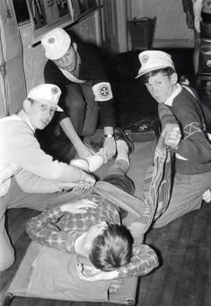 Vier Kinder, Erste Hilfe