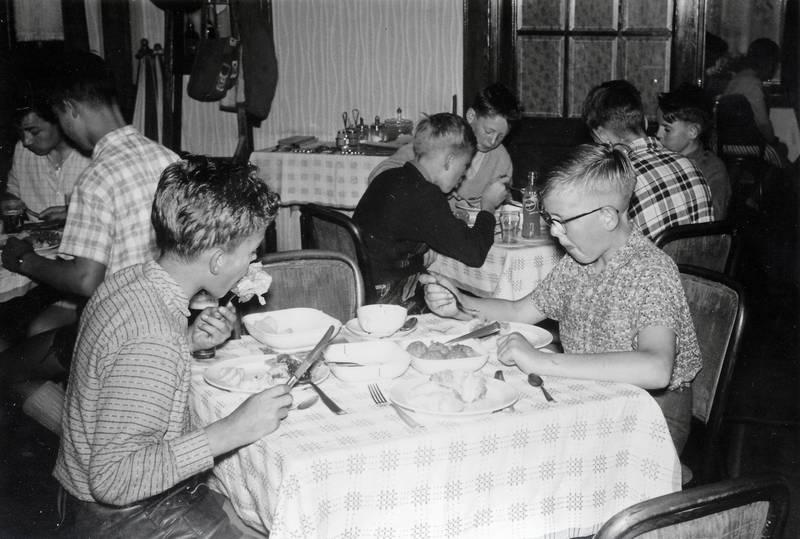 Besteck, Brille, essen, königsberger klopse, lederhose, pfadfinder, Stuhl, teller, tisch