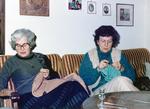 Zwei Frauen stricken