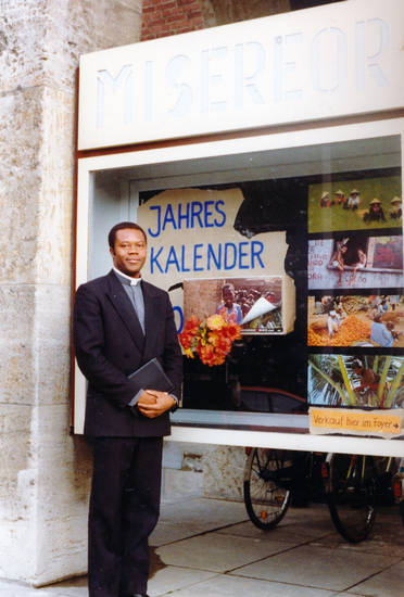 anzug, Buch, Christentum, Geistlicher, Hand, Jahr, Jahreskalender, Kalender, miserior, pastor, Pfarrer, priester, schaufenster, verkauf, Verkauf hier im Foyer