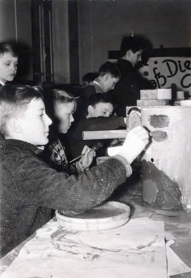 Aachen, Basteln, Eimer, karneval, Kindheit, Klassenzimmer, kunst, Passstraße, Pinsel, schule, tisch, Volksschule