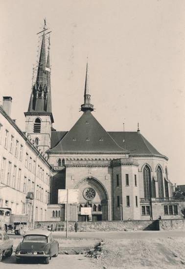 auto, baugerüst, Baustelle, gerüst, Kathedrale, Kathedrale unserer lieben Frau von Luxemburg, KFZ, kirche, Luxemburg, Notre Dame, PKW