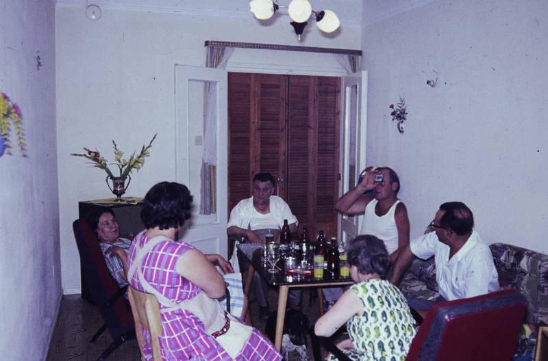 Beisammen, Bier, bierflasche, Deckenlampe, einrichtung, Flasche, Glas, Hemd, kariert, kleid, mode, Muster, sitzrunde, sofa, Spaß, tisch, trinken, Unterhemd