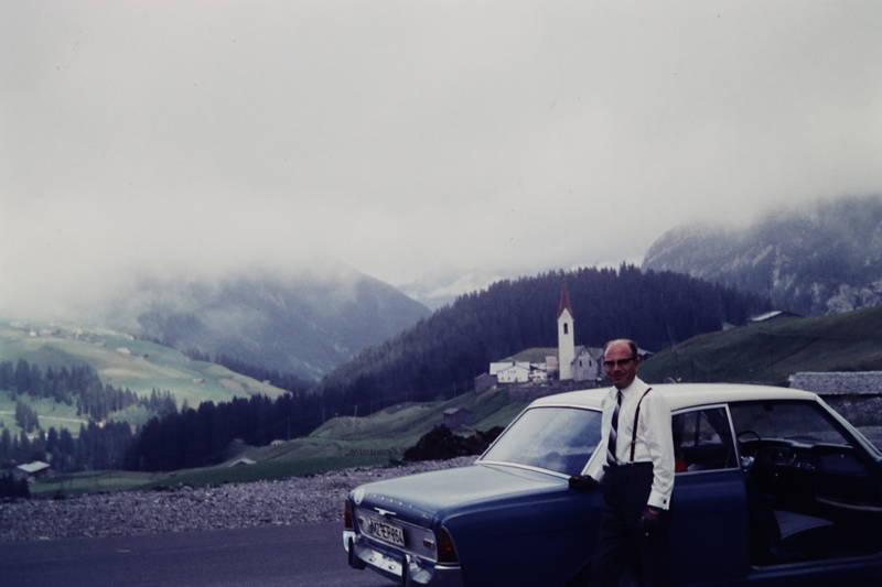 auto, dorf, Ford-Taunus-17m, Gemeinde, hosenträger, KFZ, kirche, Krawatte, Österreich, PKW, urlaub, Urlaubsreise