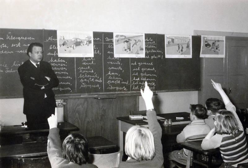 Aufzeigen, Klassenzimmer, lehrer, lehrerpult, Lehrprobe, melden, Praktikant, Referendar, tafel, unterricht