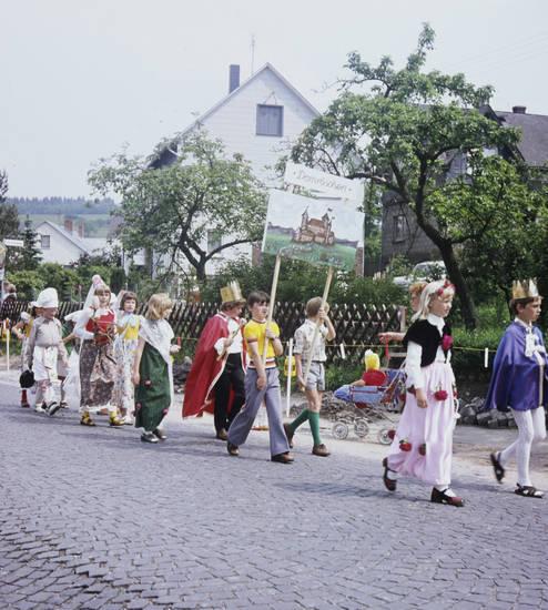 aufschrift, dornröschen, feier, feierlicher umzug, fest, Kindheit, Kostüm, Schild, schrift, Spaß, Stadtfest, Umzug, verkleidung