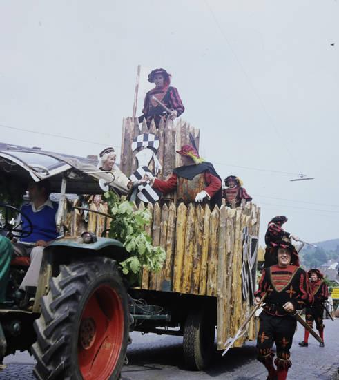 feier, feierlicher umzug, fest, festwagen, Gewand, holz, holzverkleidung, kopfbedeckung, Kostüm, mütze, Spaß, Stadtfest, traktor, Umzug, Umzugswagen, verkleidung, wagen