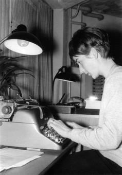 An der Schreibmaschine