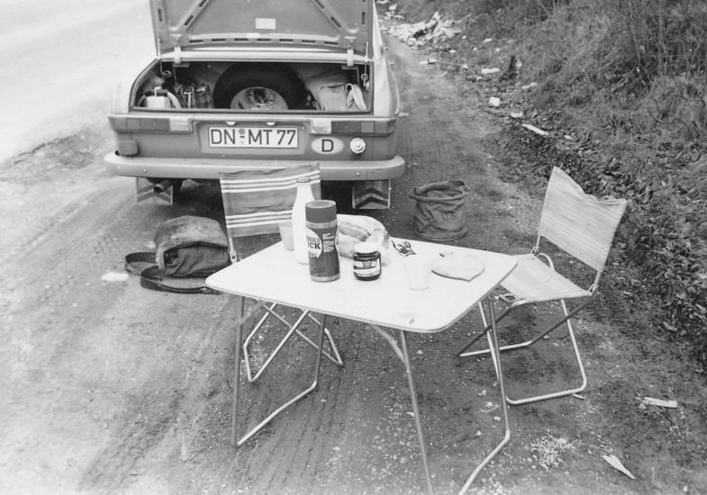 auto, Brot, camping, campingstuhl, Campingtisch, ersatzreifen, essen, frühstück, KFZ, kofferraum, Milch, pause, PKW, reise, Tasche, urlaub, Urlaubsreise