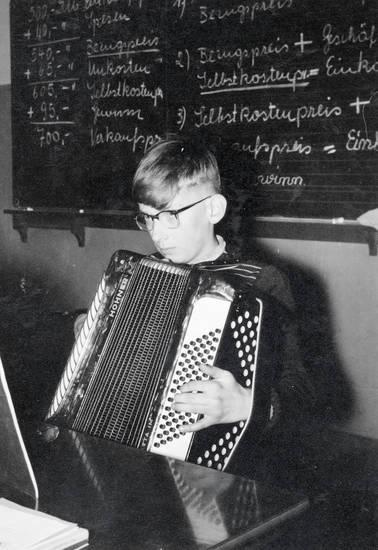 Akkordeon, Brille, Kindheit, musik, musizieren, schule, Schüler, schulzeit, tafel