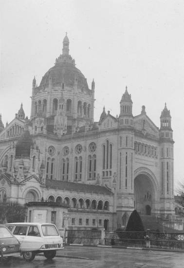 auto, Basilika, Basilika Sainte-Thérèse, citroen-ami8, Frankreich, KFZ, kirche, Lisieux, PKW