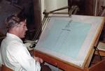 Mann vor einer Zeichnung