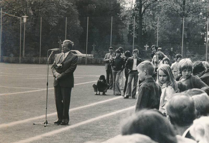 Fotoapparat, Fußballfeld, Kamera, Kindheit, Mikrofon, rede, Sportplatz