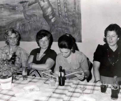Zu viert trinken am Tisch