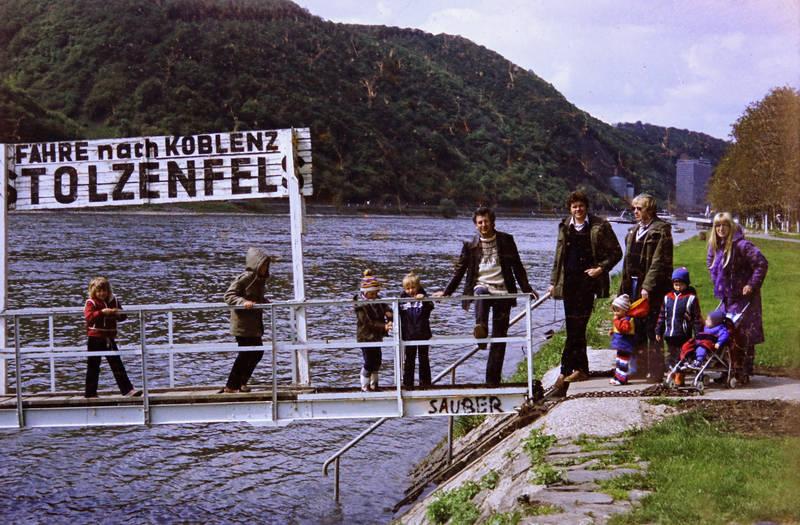 Anleger, ausflug, fähre, familie, fluss, Gummistiefel, Kindheit, Parka, Rhein, Stolzenfels