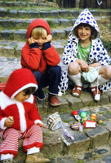 familie, feiertag, geschenk, Geschwister, Kindheit, osterei, Ostern, ostersonntag, sandalen, Sandalen mit Socken, Schokolade, süßigkeiten