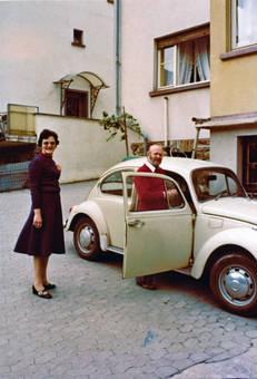 Mann und Frau am Auto
