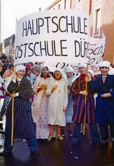 Bademantel, Hauptschule Ostschule Düren, Kindheit, Kostüm, Ostschule Düren, Schild, verkleidung