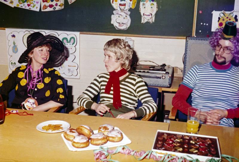 berliner, Buffet, essen, karneval, Kostüm, kuchen, Plattenspieler, schule, schulzeit, süßigkeiten, verkleidung